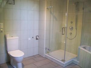 Brausenanlage mit Einscheibensicherheitsgals und LCC Beschichtung - Vorteil: Leicht zu reinigen.